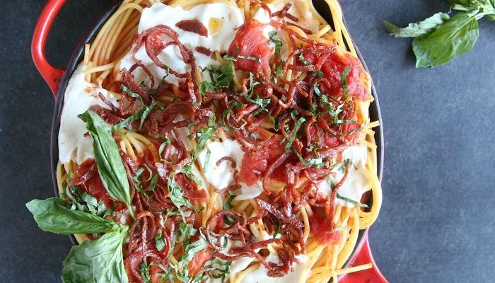 Bucatini with crispy salami and tomatoes-Netmarkers