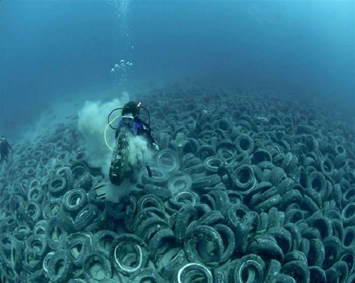 Tire-garbage-dump-in-the-sea-netmarkers
